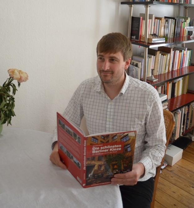 Lektorenverband-Mitglied Sebastian Petrich mit seinem Buch Die schönsten Berliner Kieze
